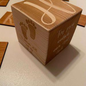 Drevená kocka s údajmi o narodení dieťatka