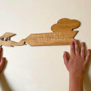 Drevená menovka pre chlapca s motívom lietadla